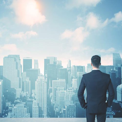 街を眺めるビジネスマン